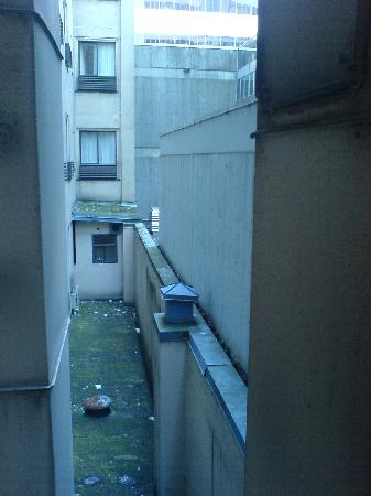 Days Inn Vancouver Downtown: outside the bathroom window