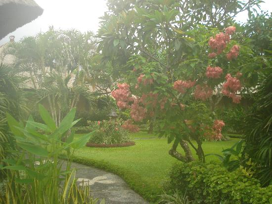 Matahari Terbit Bali Deluxe Bungalows : Hotel gardens
