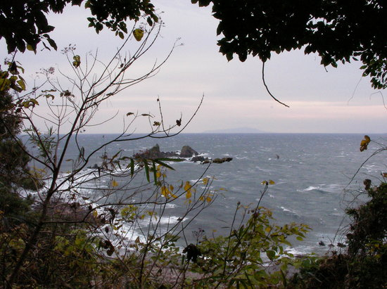 Manazuru-machi, Japan: 丘より三つ岩を望む