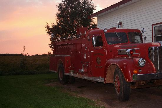 Victoria, Kanada: Vintage Firetruck with Sunset