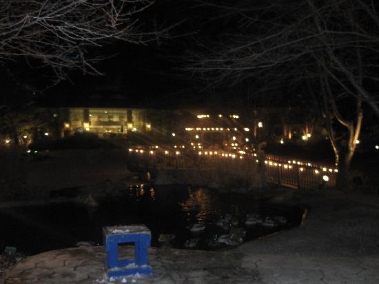 Cherry Valley Lodge: Courtyard at night