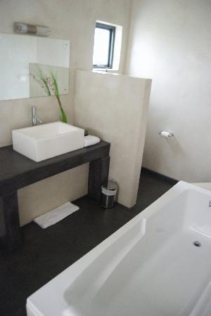 African Valley Estate: Bathroom