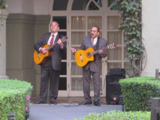 Four Seasons Mexico City: Singers outside the restaurant on Sunday at lunch