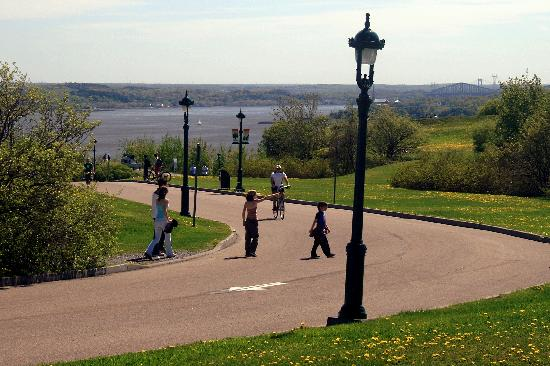 Plaines d'Abraham: Road through the Park with Pedestrians and View of the River