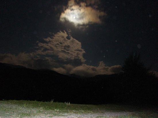Villa Giardino, Arjantin: La nuit, la lune entre les montagnes