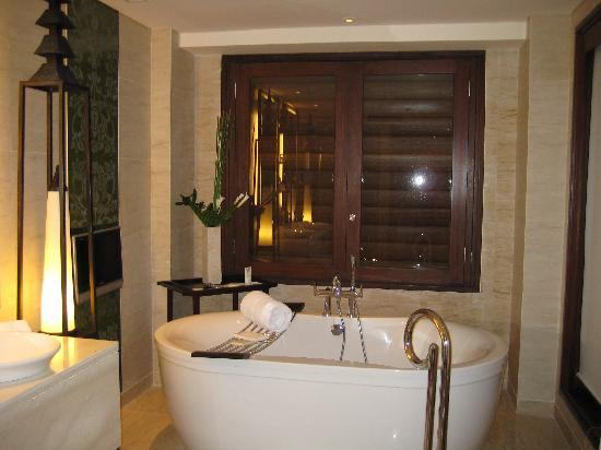 The St. Regis Bali Resort : Comfy bathbub + TV