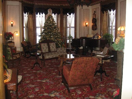 Ann Bean Mansion B&B: Beautiful parlor decorated for Christmas.