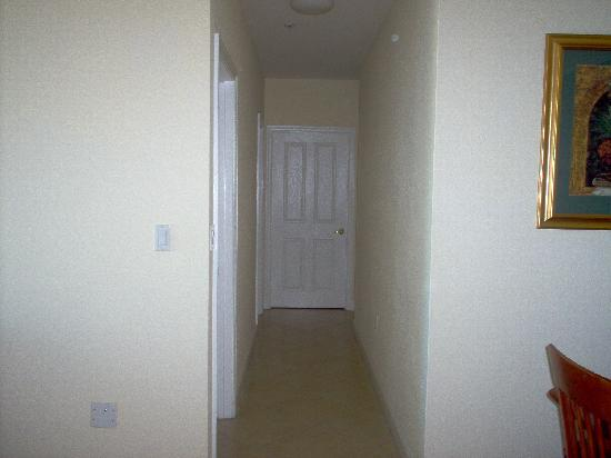 Shamrock Coral Gables: Hallway that leads to the bedrooms