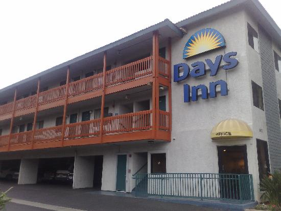 Days Inn Anaheim West: Outside view fromstreet