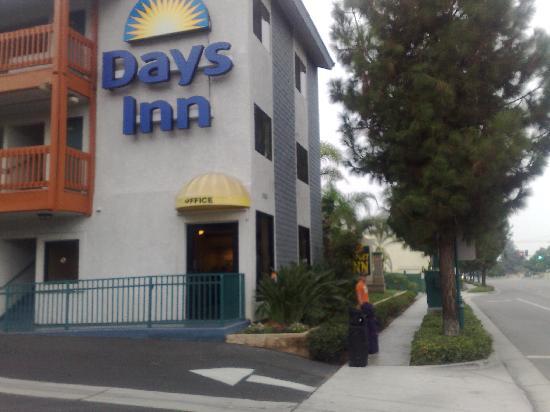 Days Inn Anaheim West: Door to reception where breakfast is also served