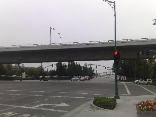 Days Inn Anaheim West: Turn right to go to Disneyland (bridge for cars to Disneland parking)