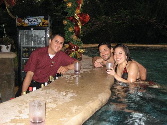 Hotel Mountain Paradise: Pool Bar at night