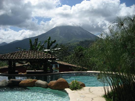 Hotel Mountain Paradise: View of Arenal Volcano from pool