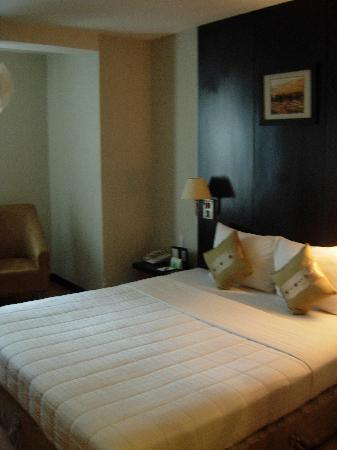 Metropole Hotel: Modern bedroom