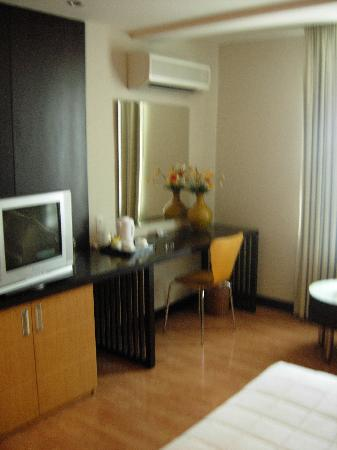 Metropole Hotel: Another view of bedroom