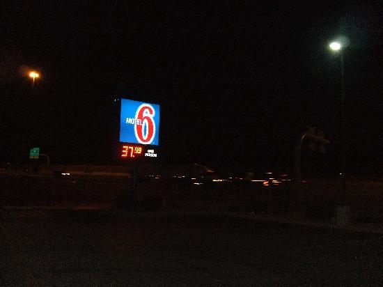 Motel 6 Albuquerque - Coors Road: Do not let this sign entice you there!