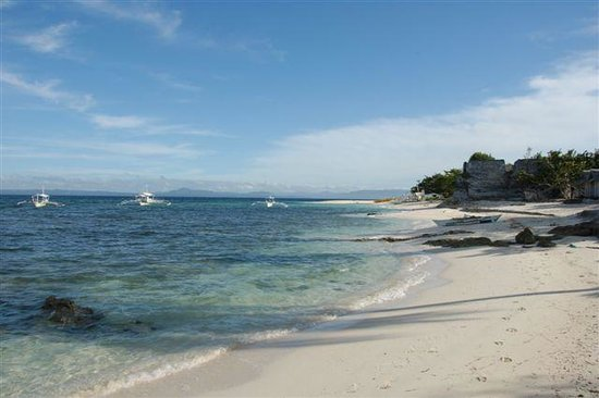 Pamilacan Island, Philippinen: The spanish fort and the beach in front of the bungalows