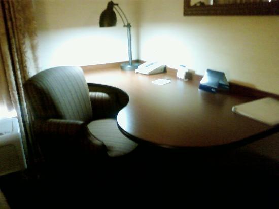 Hampton Inn Suites Phoenix Surprise: Nice large work desk!