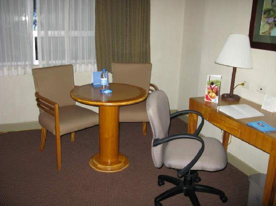 Hampton Inn by Hilton Guayaquil-Downtown: sitting/work area