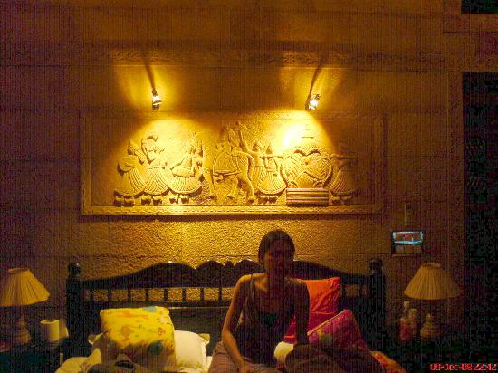 Hotel Pleasant Haveli : good reading light and sandstone carving