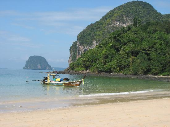 Koh Mook Charlie Beach Resort : beach
