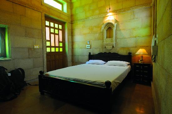 Hotel Pleasant Haveli: Each room have diferent color an style. This is stone wall and green tone