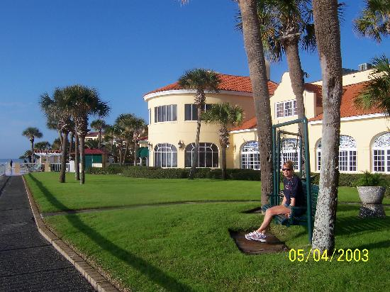 The King and Prince Beach and Golf Resort: Front of hotel looking at dining room