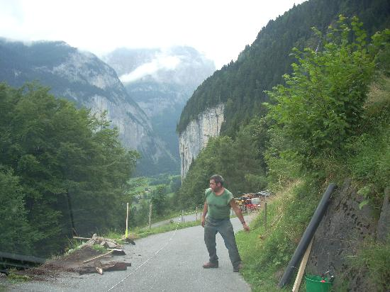 Eiger Guesthouse: the road down