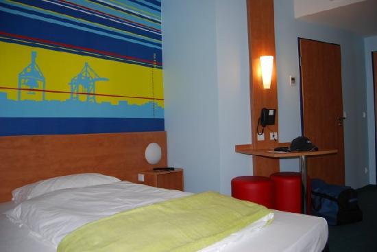 B&B Hotel Hamburg-Altona : Zimmeransicht Bett + Tisch