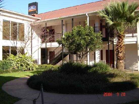 Howard Johnson Inn and Suites Central San Antonio: outdoors 2