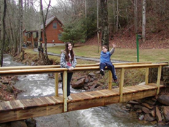 Lands Creek Log Cabins: Kids by the creek