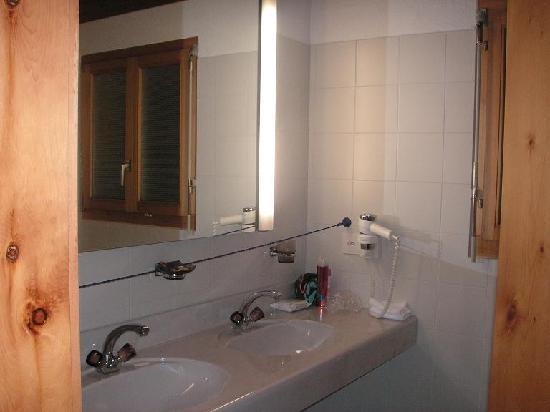 Hotel Albula & Julier: Bathroom, room 45