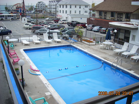Rideau Motor Inn: warm pool and safe parking lot