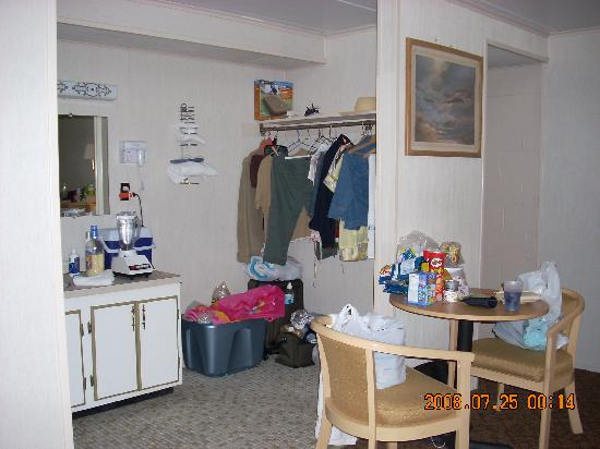 Rideau Motor Inn: plenty of storage (sorry so messy!!)