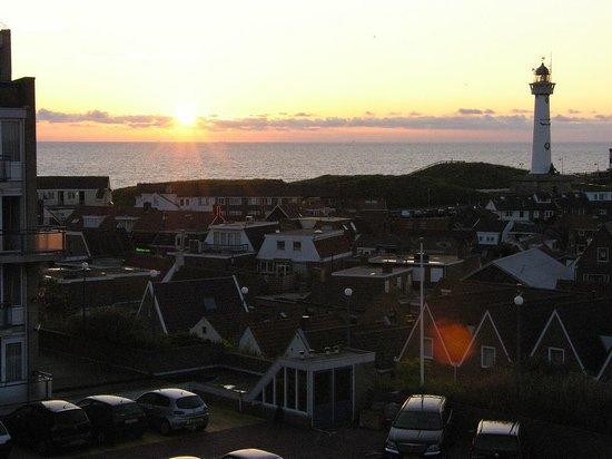 Hotel Zuiderduin: Sonnenuntergang über Egmond, vom Zimmer aus fotografiert (eins der wenigen Zimmer mit Fernblick)