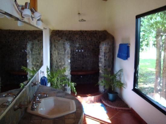 Blue Banyan Inn: Our bathroom