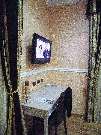 PapavistaRelais: tv and dressing table
