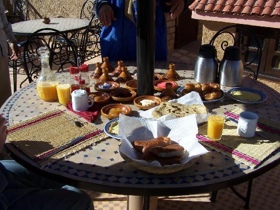 Riad Nezha: Petit déjeuner en terrasse