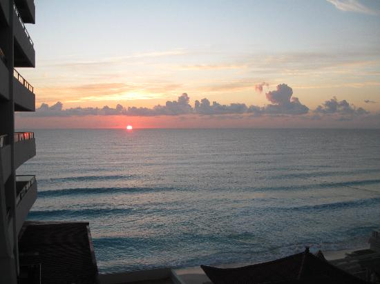 Crown Paradise Club Cancun : sunrise from our room