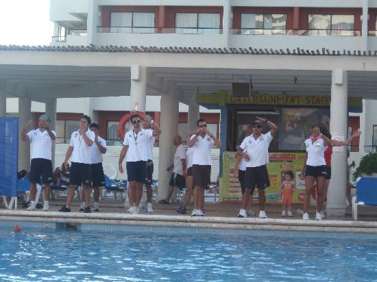 Crown Paradise Club Cancun : the entertainment staff