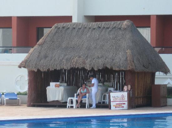 Crown Paradise Club Cancun : hairbraiding/tattoo/massage  shack