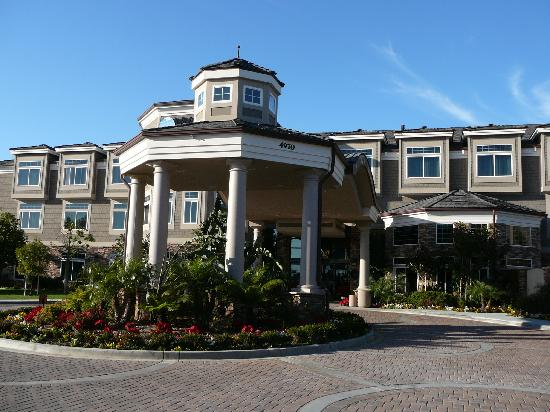 West Inn & Suites Carlsbad: Front of hotel