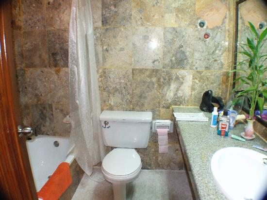 Meng Goldiana 282 Hotel: The bathroom