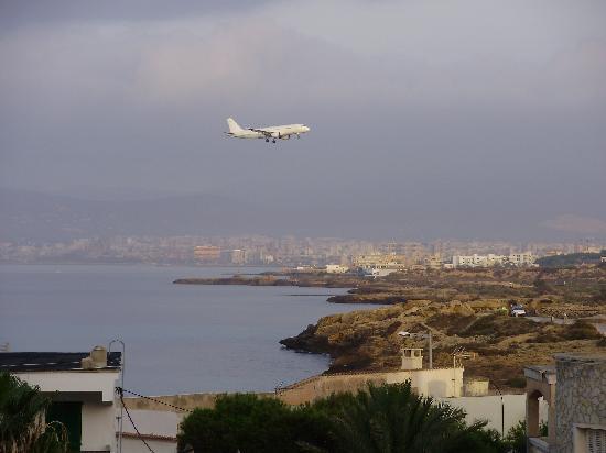 Hotel Marina Luz: plane landing outside the balcony