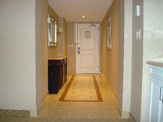 Harrah's New Orleans: Entry hall way corner suite 2402