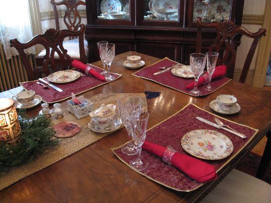 Wilson House Bed and Breakfast: wilson house breakfast table