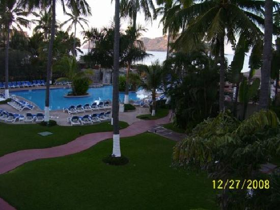 The Inn at Mazatlan: Looking left off our balcony