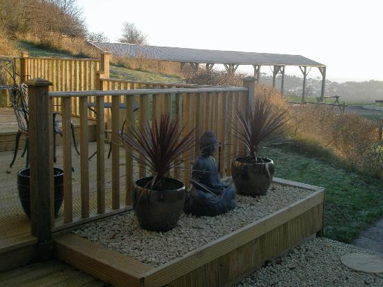 Higher Holcombe Farm Holiday Cottages : breakfast decking outside cottage