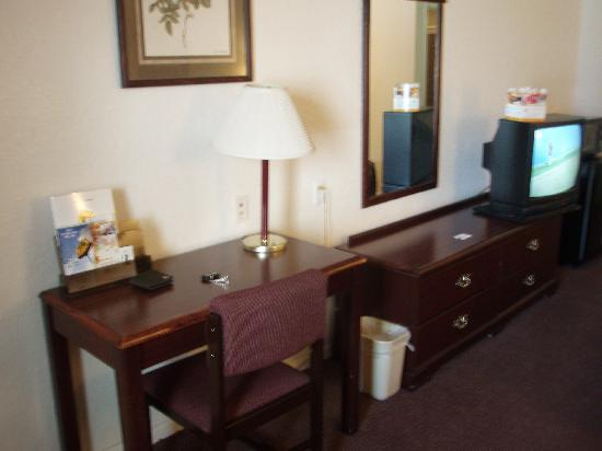 Super 8 Houston/Brookhollow NW: Small Desk