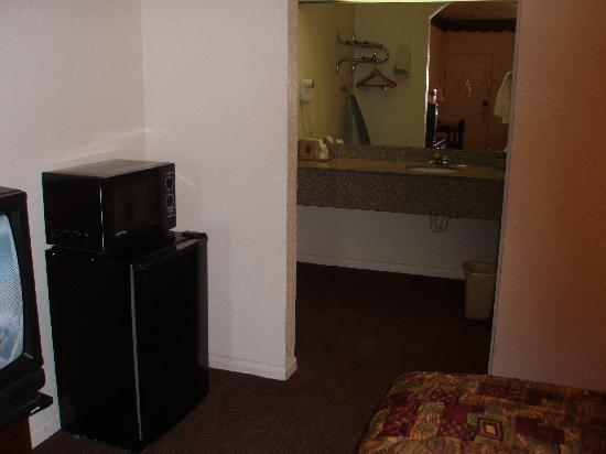 Super 8 Houston/Brookhollow NW: Fridge and Microwave